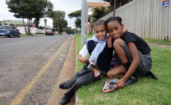Johannesburg, wachten op de schoolbus